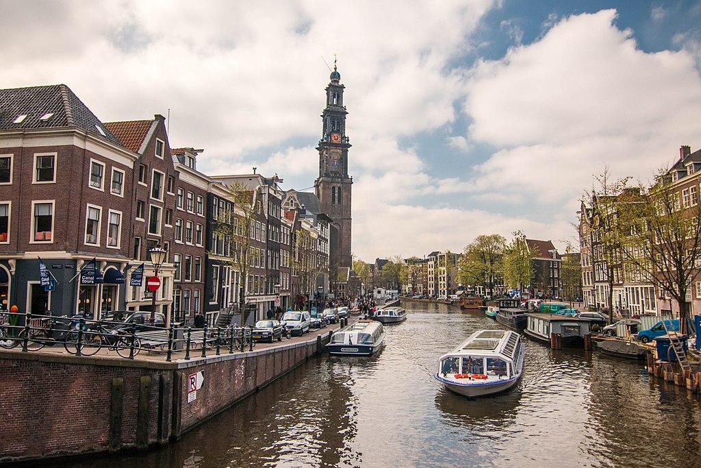 Clocher de l'église de Westerkerk, l'église de l'ouest entre canaux et quartier de Jordaan à Amsterdam - Photo de Neshom