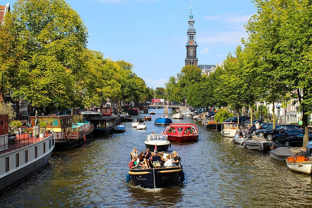 Nombreux bateaux sur le canal de Prinsengracht à Amsterdam - Photo de Juke Schweizer
