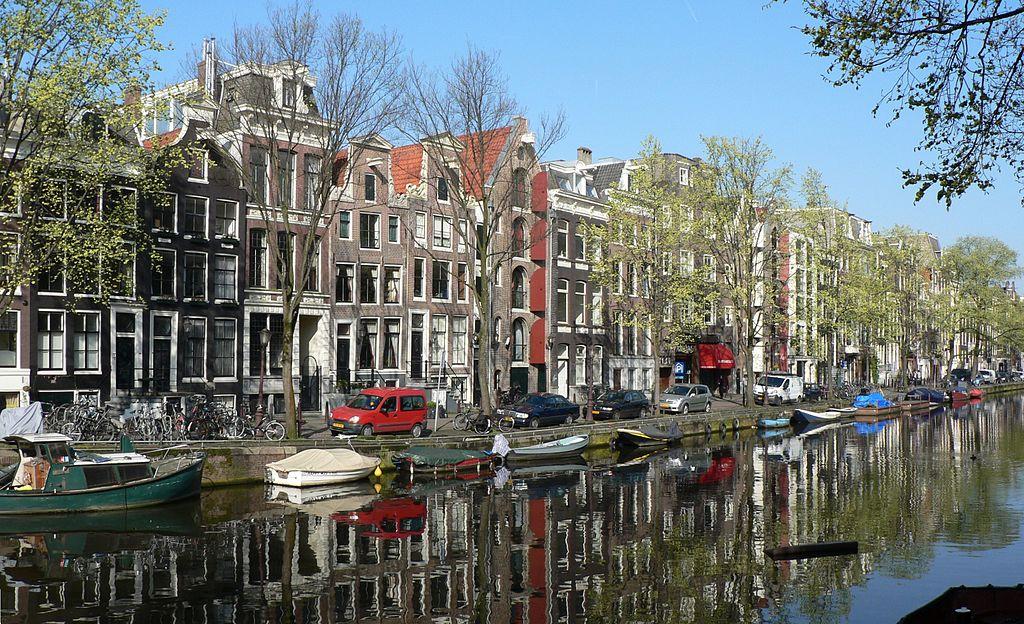 Belle journée de printemps au bord d'un canal à Amsterdam - Photo de Patrick Clenet