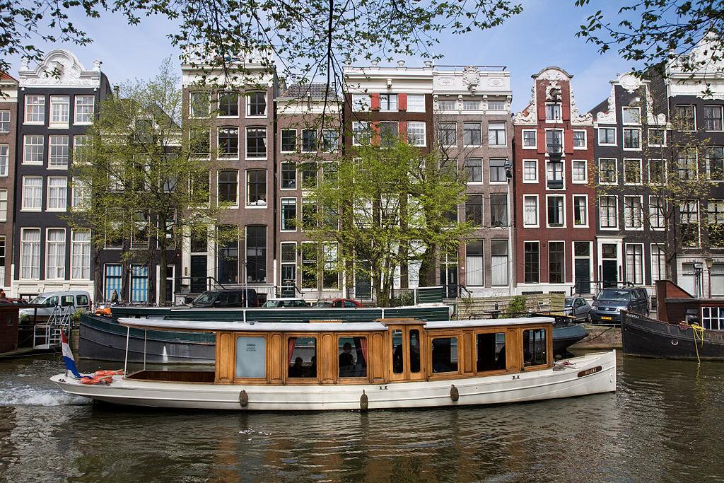 Passage d'un bateau sur un canal à Amsterdam - Photo de Jorge Royan