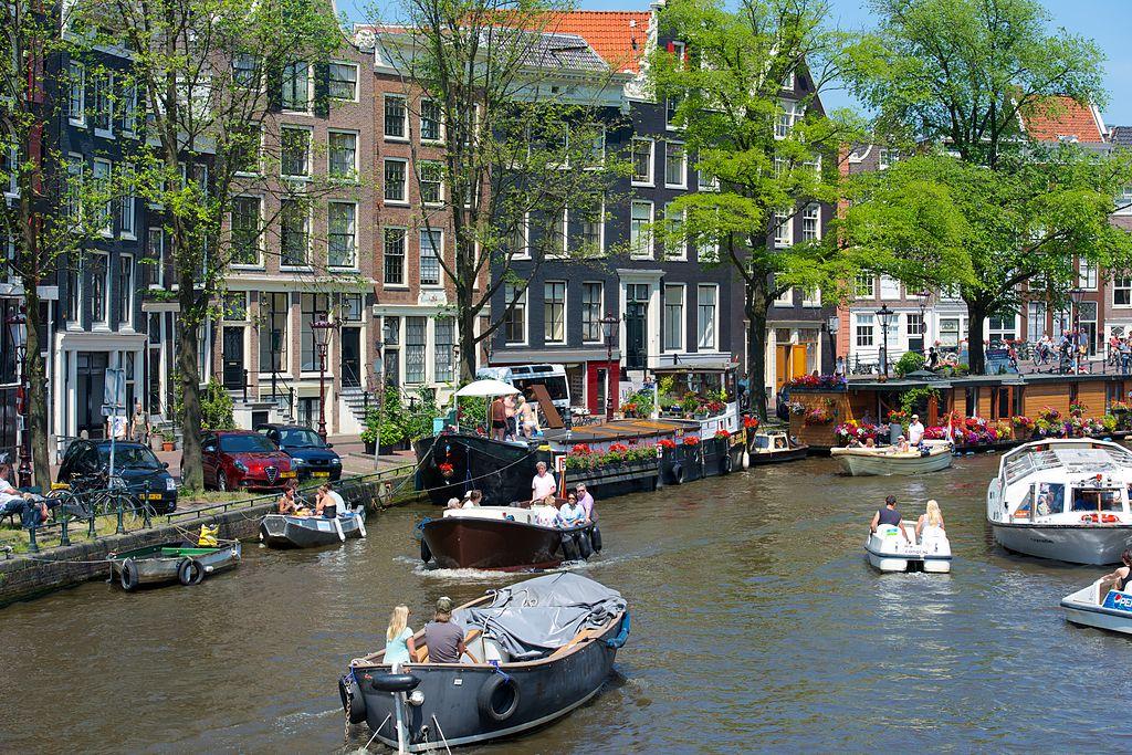 Nombreux bateaux sur un canal à Amsterdam - Photo de Kevinmcgill