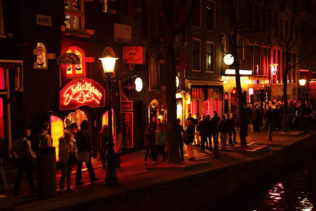 Dans le quartier rouge d'Amsterdam à la nuit tombée.