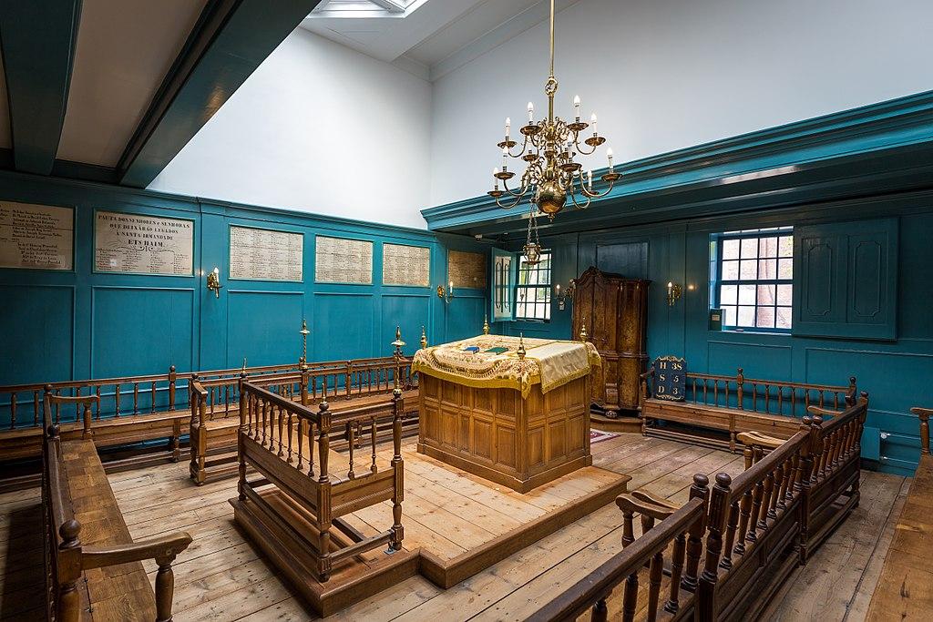 Intérieur de la synagogue portugaise dans le quartier de Waterlooplein à Amsterdam. Photo de Davidh820