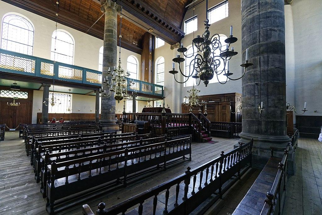 Intérieur de la synagogue portugaise dans le quartier de Waterlooplein à Amsterdam. Photo de Txllxt-TxllxT