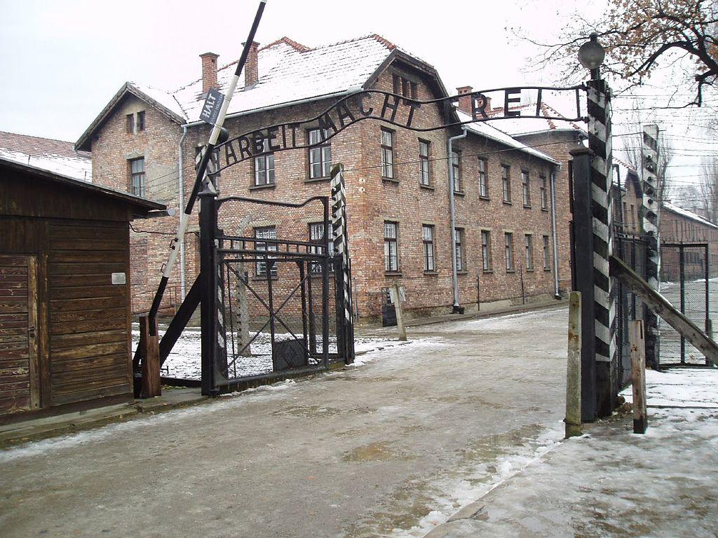 """> La porte d'entrée du camp d'Auschwitz avec la promesse """"Arbeit macht frei"""" : Le """"travail rend libre"""". Photo de Chickunkrispy"""