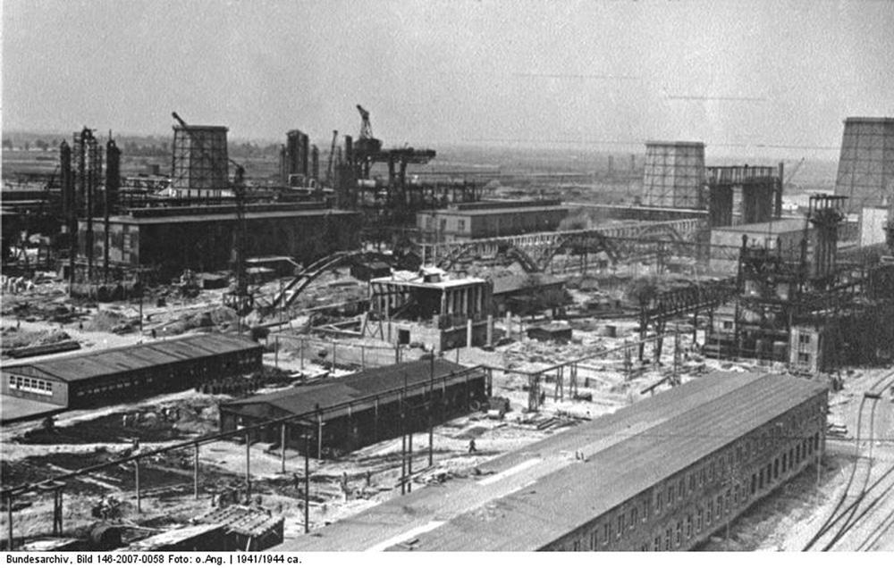 Usine IG-Farbenwerke en construction à Auschwitz : Primo Lévi y travaillera en tant que chimiste.