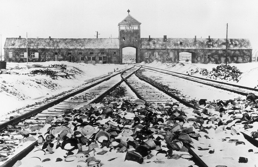 L'entrée au camp d'Auschwitz Birkenau à la libération du camp. Photo de Stanislaw Mucha