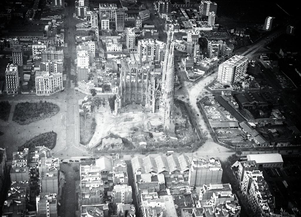 Sagrada Familia construite au milieu des champs et en 1930 entourée par des immeubles et des usines.