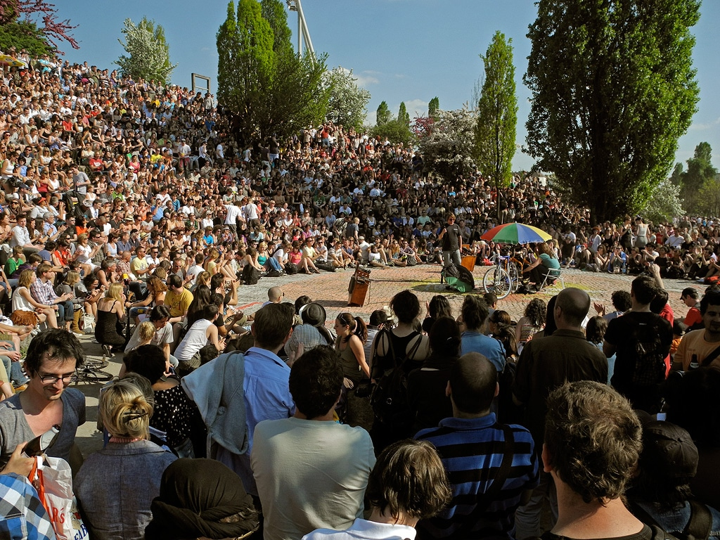 Insolite : Karaoké au Mauerpark à Berlin par une belle journée ensoleillée - Photo de Alexander Puell