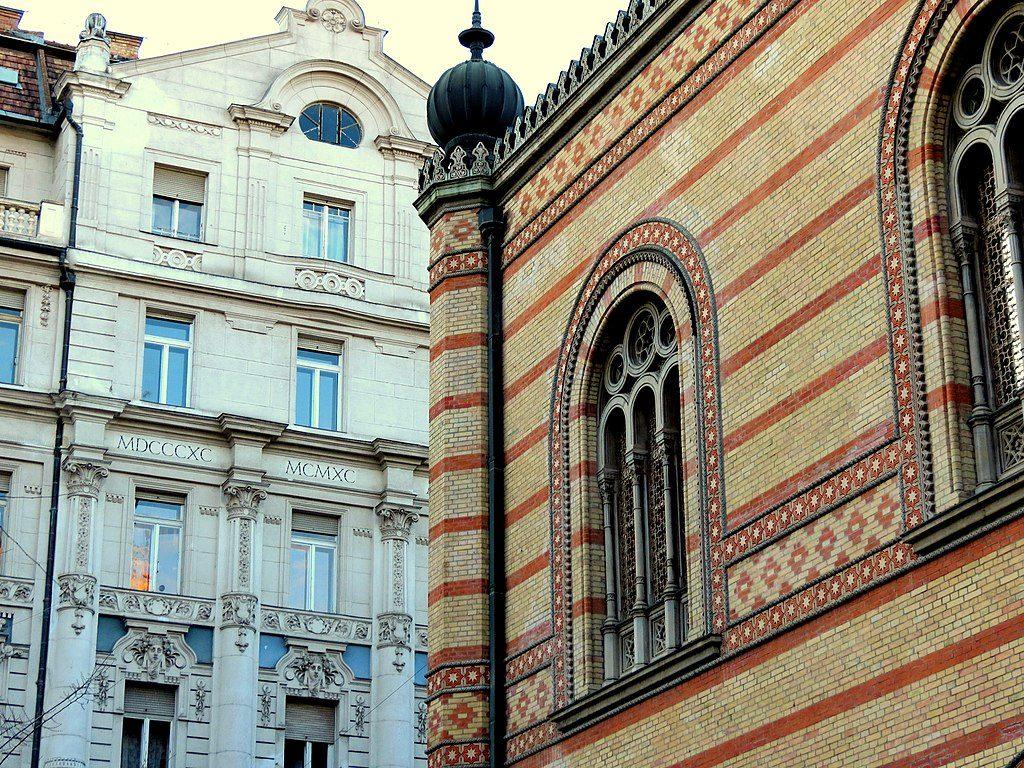 Grande Synagogue sur font d'immeubles classiques de Budapest 7 - Photo de Xorge
