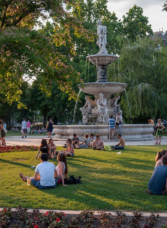 Place d'Erzsébet tér dans le quartier de Lipotvaros - Photo de Wilfredor