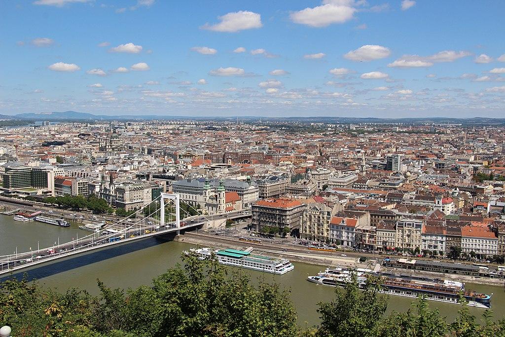 Quartiers de Budapest : Vue depuis le mont Gellert sur Pest et le pont Elisabeth. Photo de Fred Romero