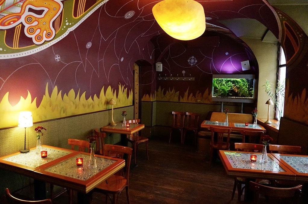 Décor légèrement psychédélique du restaurant végétarien Lehká hlava à Prague. Photo : Lehká hlava.