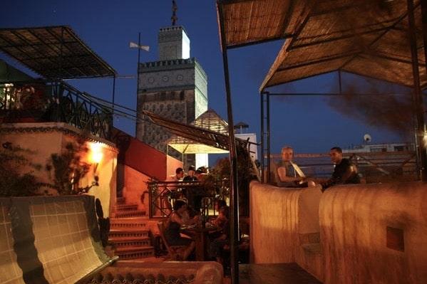 Vue unique depuis le café Clock sur la medersa Bou Inania, une des splendeurs architecturales de la médina de Fès.