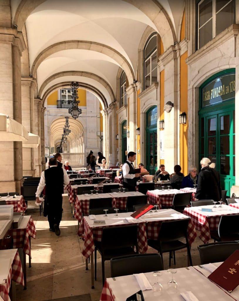 Sous les arcades de la Praça do Comércio dans le coeur de Lisbonne : Le café-restaurant Martinho da Arcada - Photo de Jean Paul Bardelot