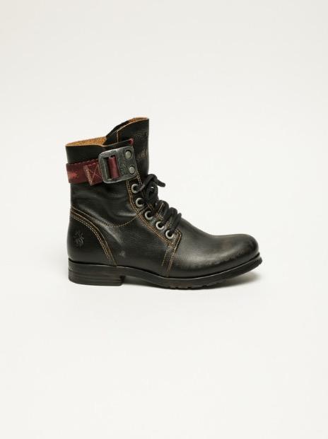 UN modèle de chaussures de la marque Fly London à Lisbonne.