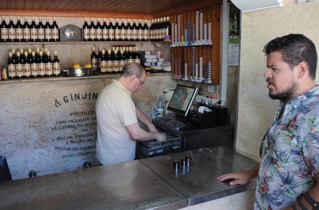 Bar A Ginjinha près de la place de Rossio à Lisbonne - Photo de Timo Kivelä