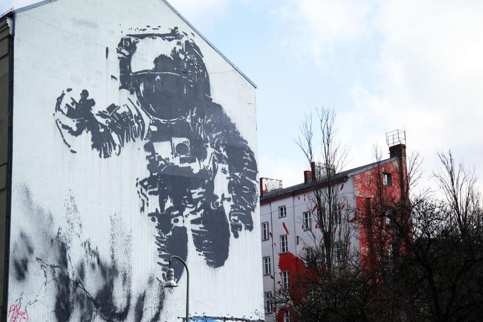 Street art à Berlin: Mural d'astronaute dans la capitale de street art européen.