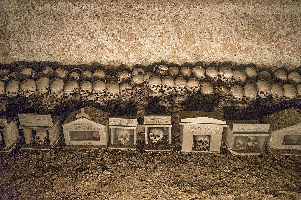 Crânes adoptés ou non au cimetière delle Fontanelle à Naples - Photo de Dominik Matus