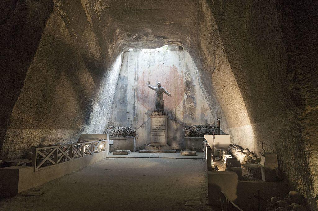 Dans l'ancienne carrière devenu cimetière delle Fontanelle à Naples - Photo de Dominik Matus