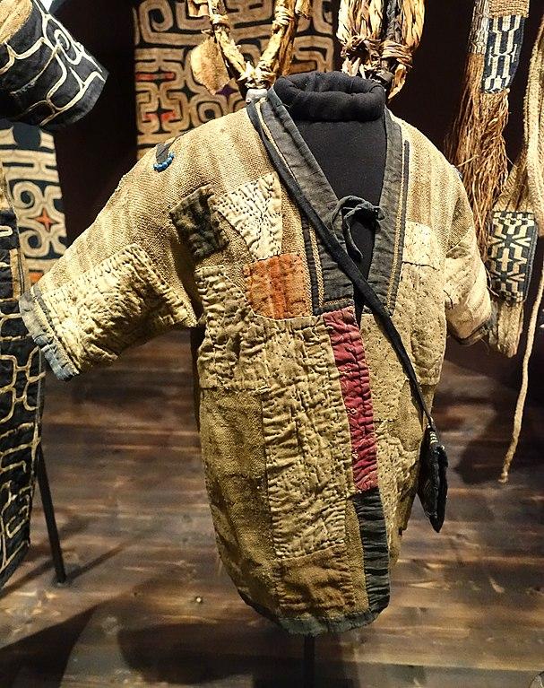 Vêtement Ainu du Japon - musée ethnographique :Etnografiska museet de Stockholm.
