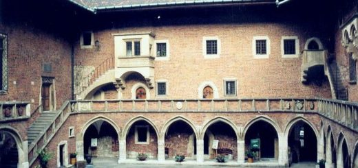Courtyard_of_Collegium_Maius2C_Krakow.jpg