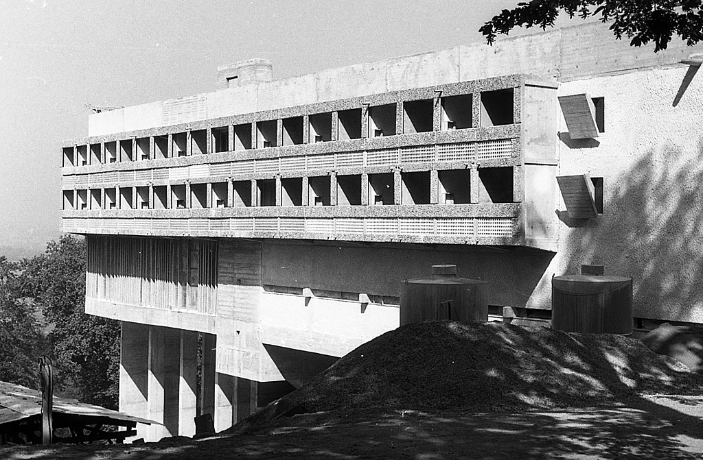 Couvent Sainte Marie de la Tourette construit par Corbusier près de Lyon - Photo FORTEPAN / Varga, Pierre