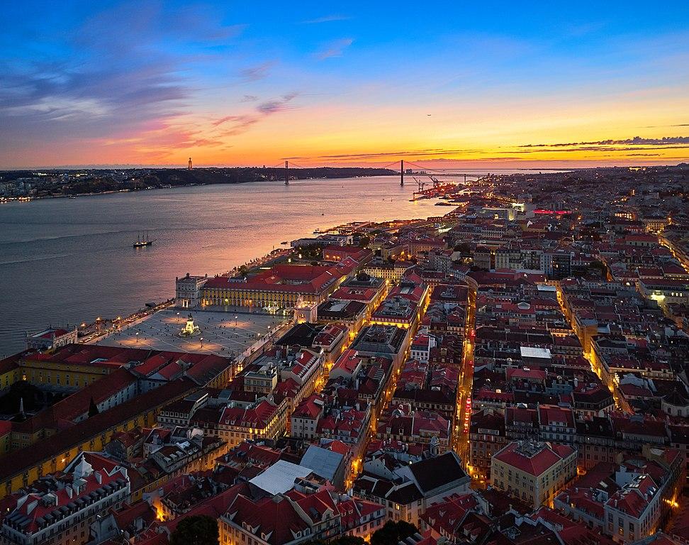Vue aérienne sur le centre de Lisbonne et le pont du 25 avril au loin - Photo de Deensel
