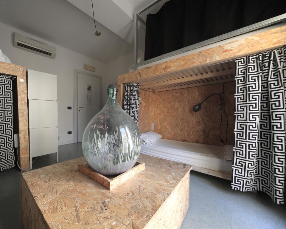 Dortoir sobre mais confortable de l'auberge de jeunesse Dopa Hostel à Bologne.
