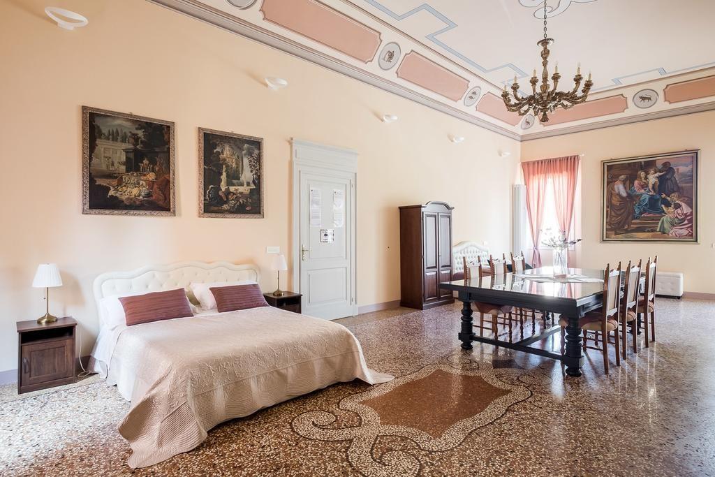Chambre immense à l'hôtel Dorothy Palace de Bologne.