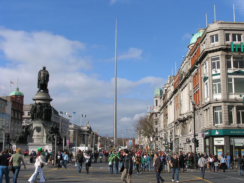 Artère O'Connell Street à Dublin avec le Spire - Photo de Robzle