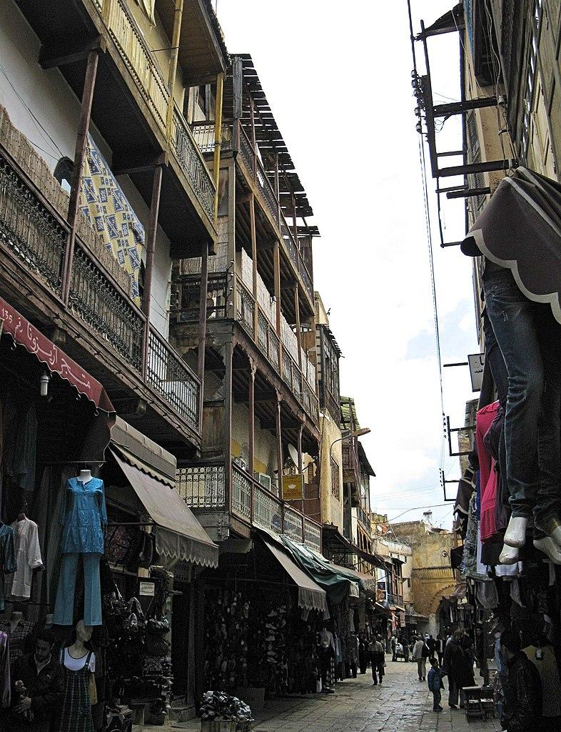 Construction plus haute, balcons et fenêtres sur la rue typique des habitations juives du Mellah à Fès. Photo de Robert Prazeres