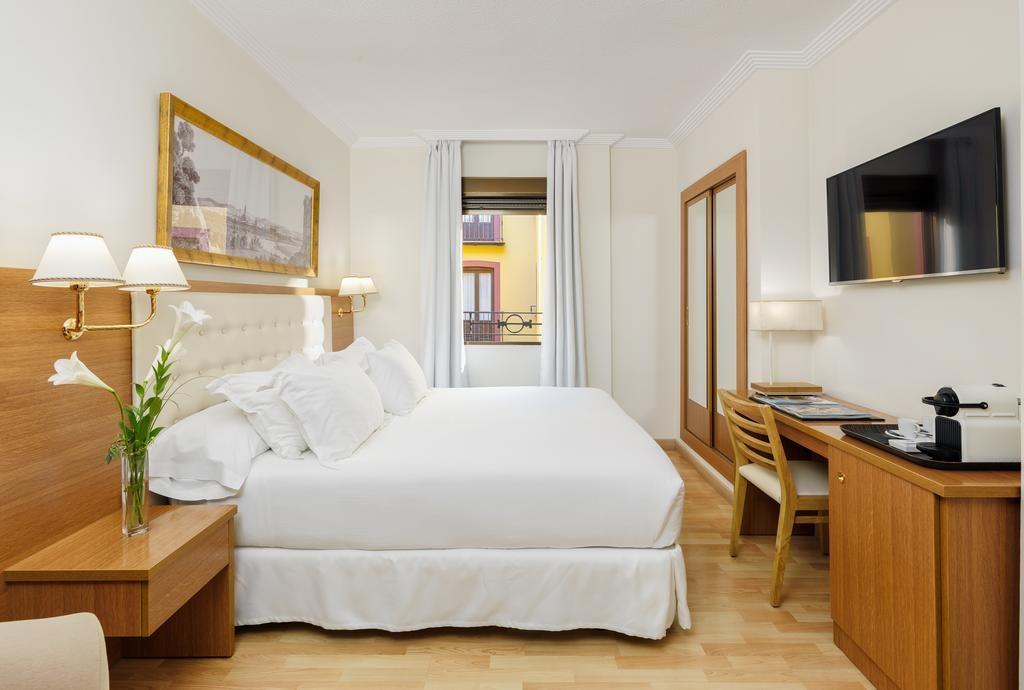 Charme classique d'une chambre du H10 Corregidor Boutique Hotel à Séville.