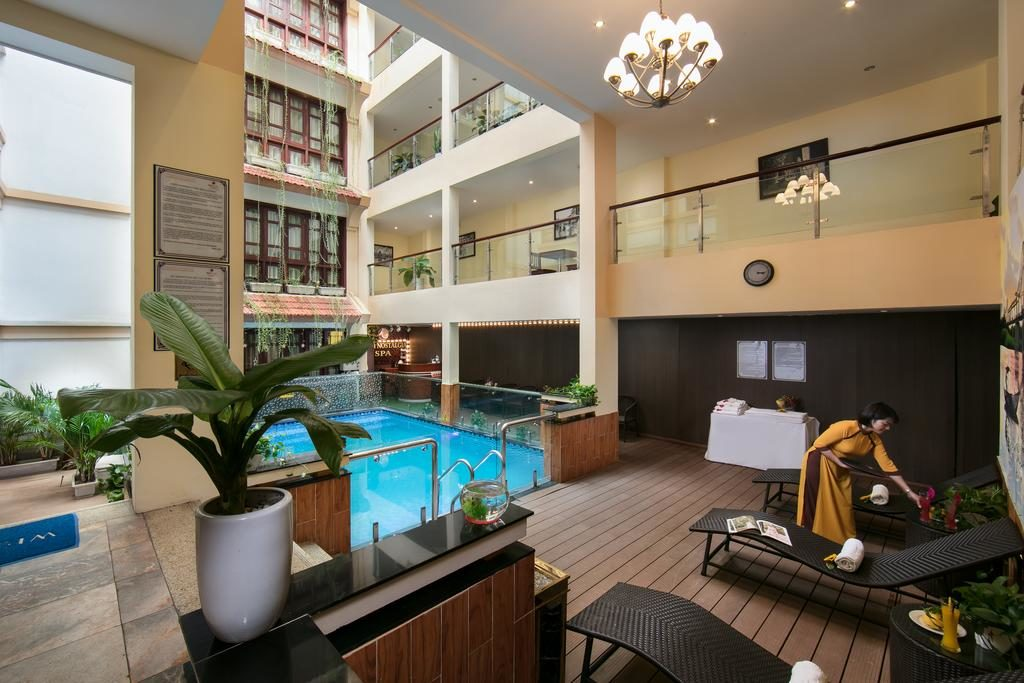 Piscine intérieure au Hanoi Nostalgia Hotel & Spa.