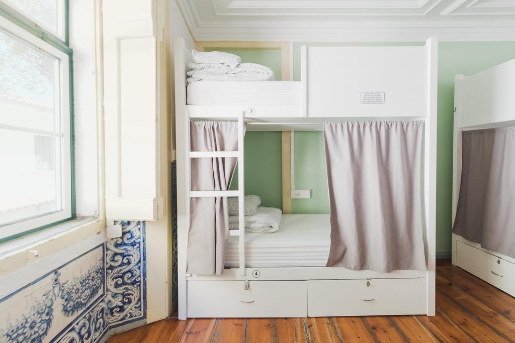 Dortoir avec azulejos d'époque à l'auberge de jeunesse Hub New Lisbon Hostel à Lisbonne.