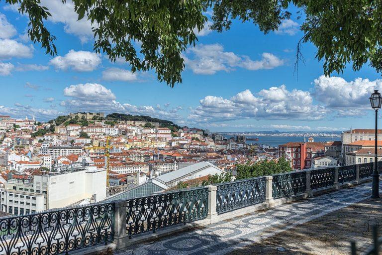 Miradouro Sao Pedro de Alcantara à Lisbonne : L'un des plus beaux points de vue sur la ville. Photo de Jean-Christophe Benoist