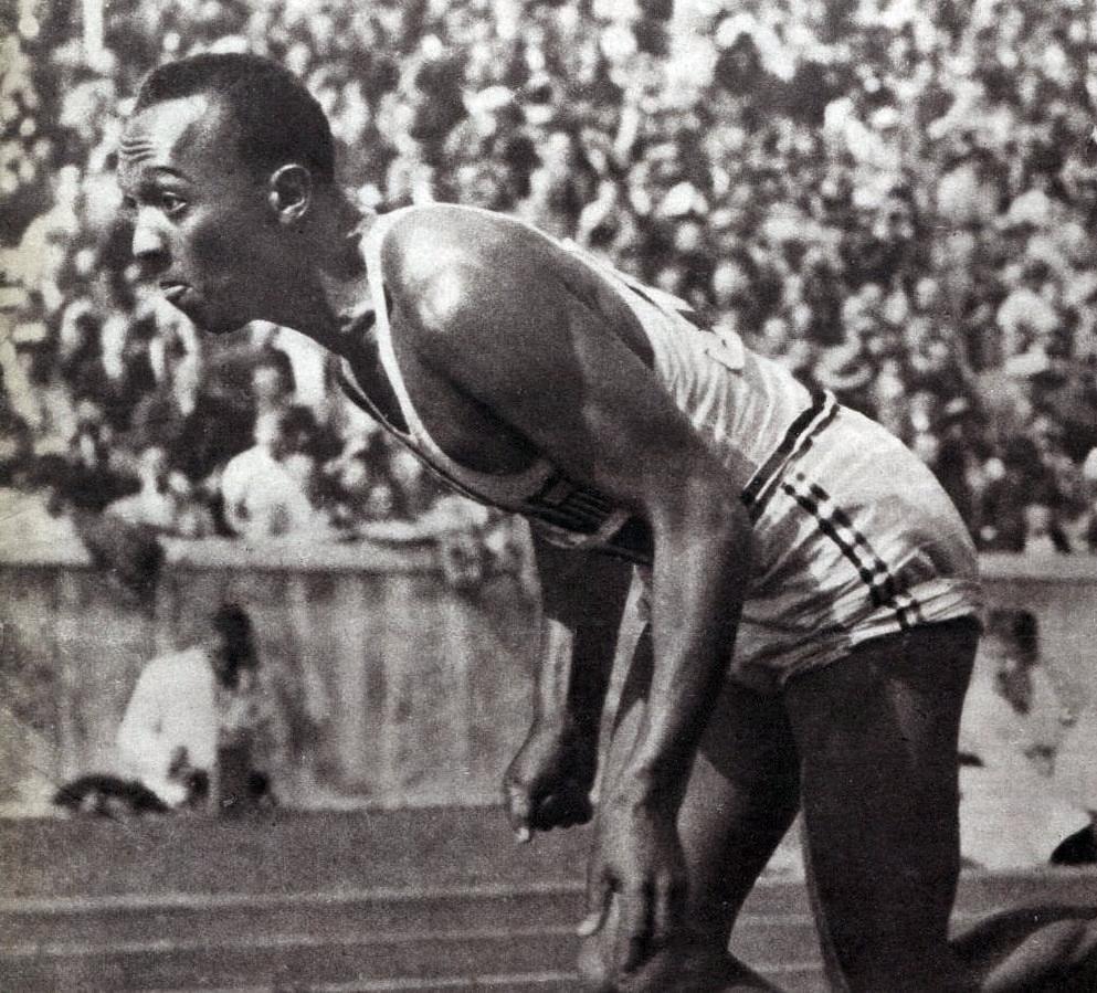 Jesse Owens, l'athlète noir américain vainqueur de 4 médailles d'or et camouflet vivant aux théories raciales nazies.
