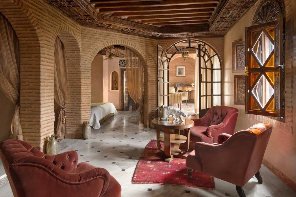 Suite spacieuse à la décoration raffinée de l'hôtel La Sultana Marrakech.
