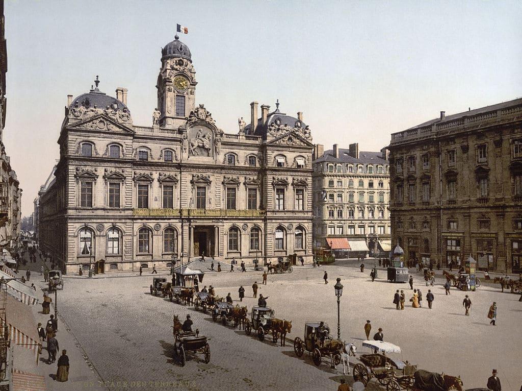 Hotel de ville et place des Terreaux à Lyon en 1900.
