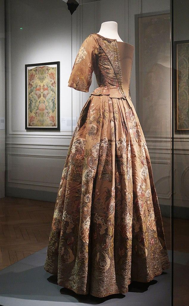 Dans le Musée des Tissus et de l'art décoratif à Lyon, ici une robe de 1700-1750.