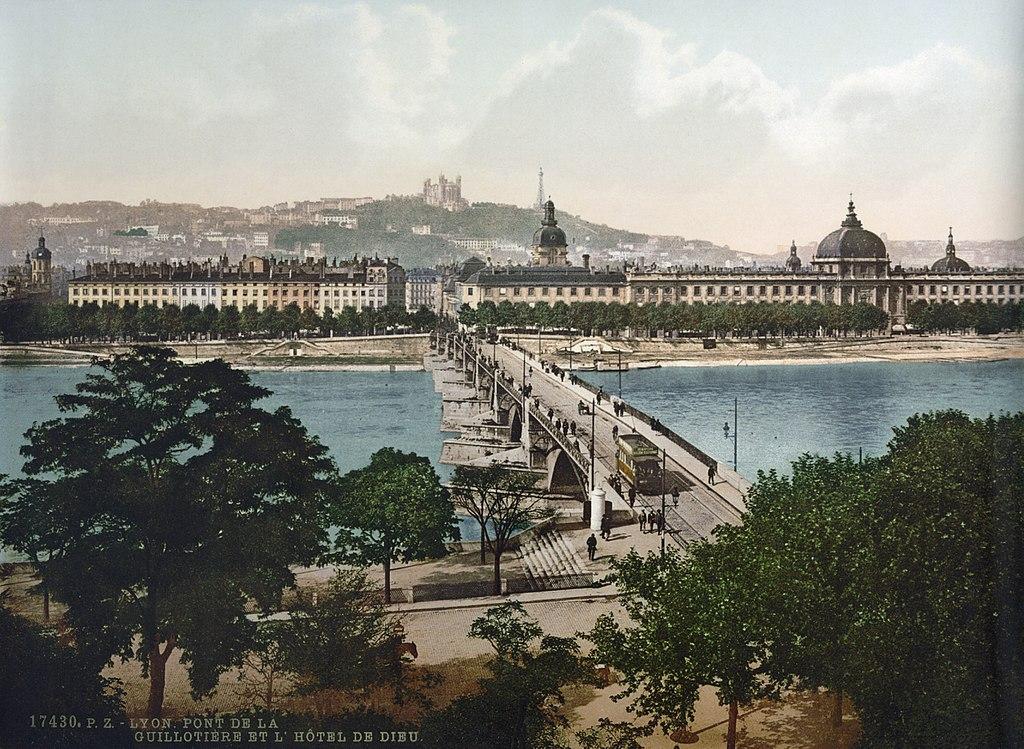 Vue sur le Pont de la Guillotière et l'Hotel Dieu à Lyon en 1900.