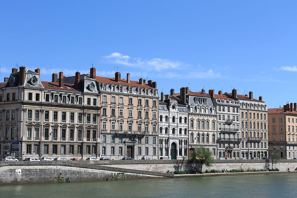 Sur les quais de Saône à Lyon, la Synagogue occupe le batiment le plus bas. Photo de Patrick Nouhailler
