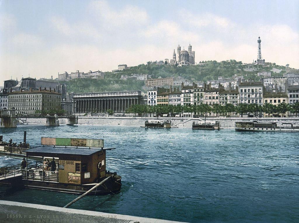 Vue sur le quartier du Vieux Lyon avec la Cathédrale Saint Jean et la Basilique de Fourvière en 1900.