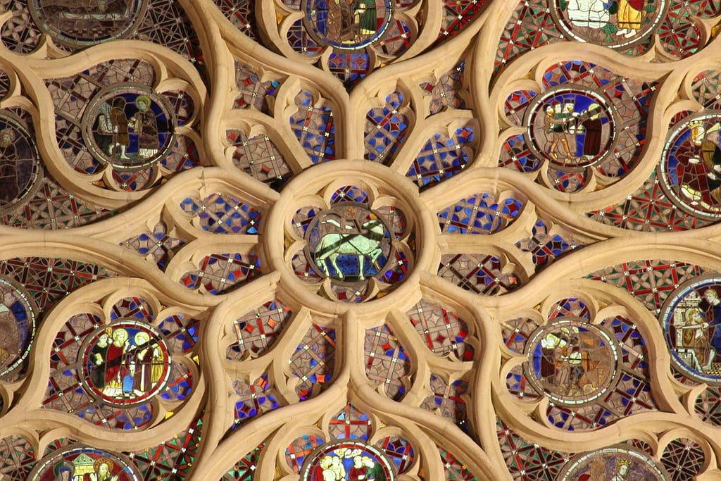 Rosace de la cathédrale de Saint Jean à Lyon de l'extérieur et de nuit - Photo de Xavier Caré / Wikimedia Commons