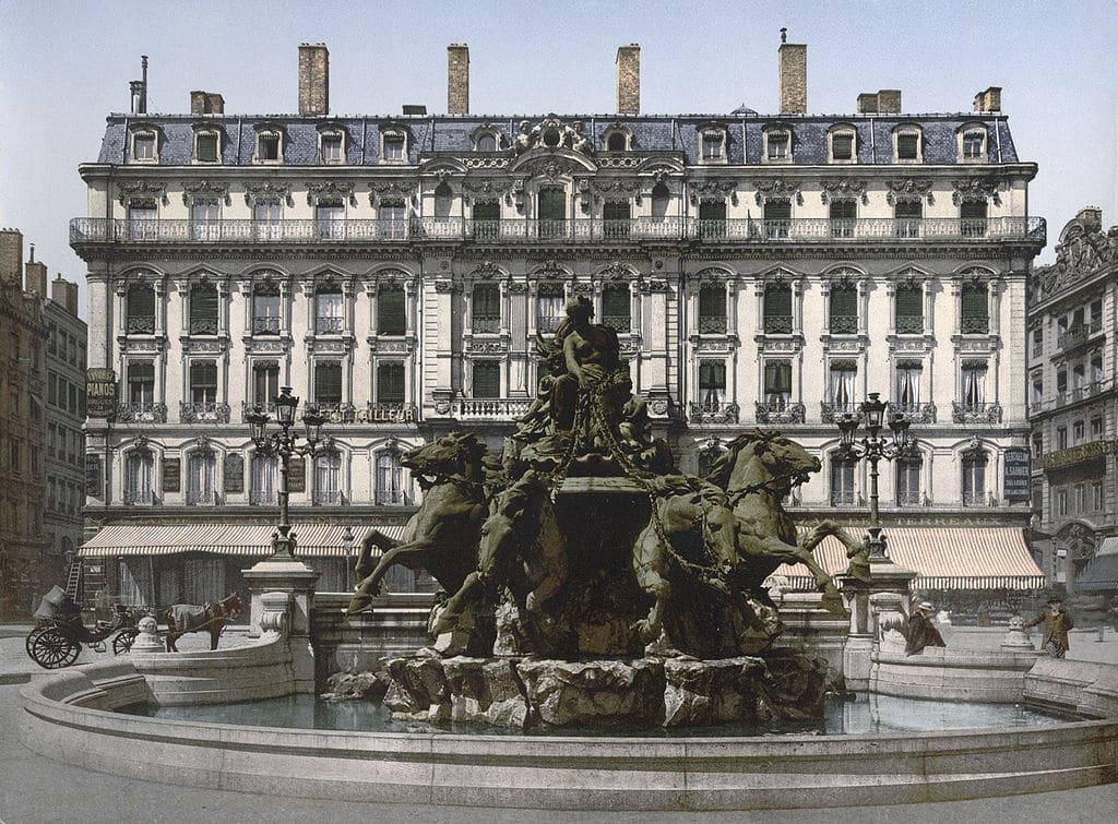 Fontaine Bartholdi sur la place des Terreaux à Lyon en 1900.