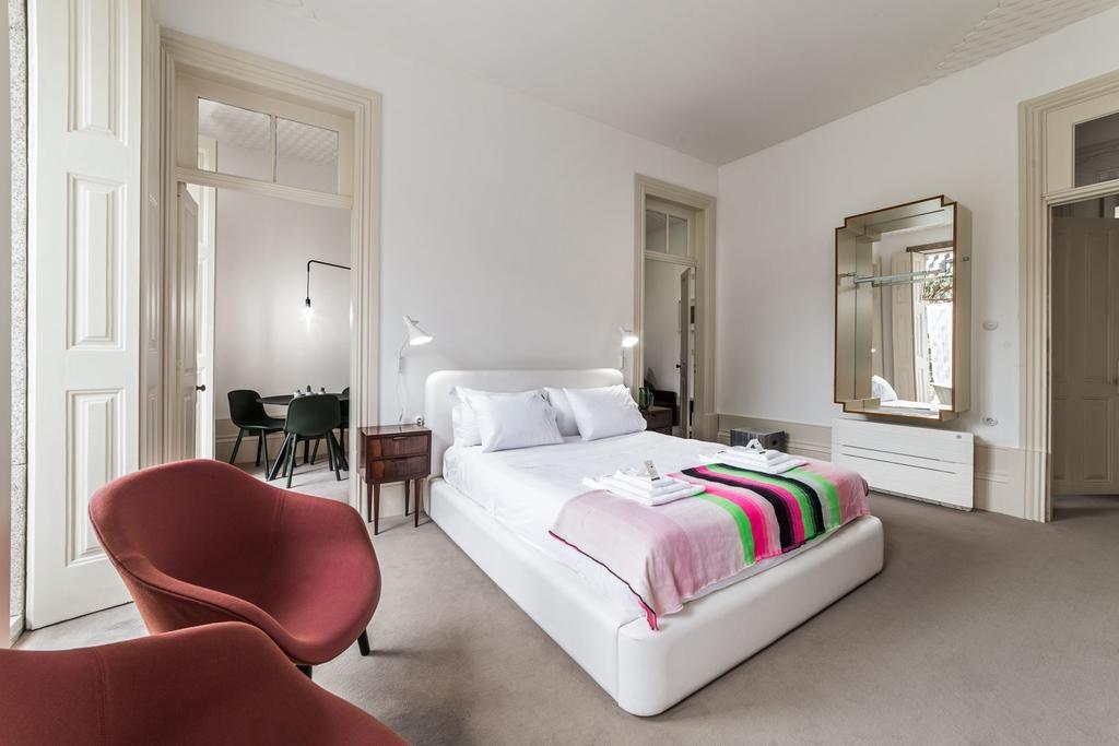 Chambre minimaliste et confortable de l'Hôtel Malmerendas Boutique Lodging à Porto.