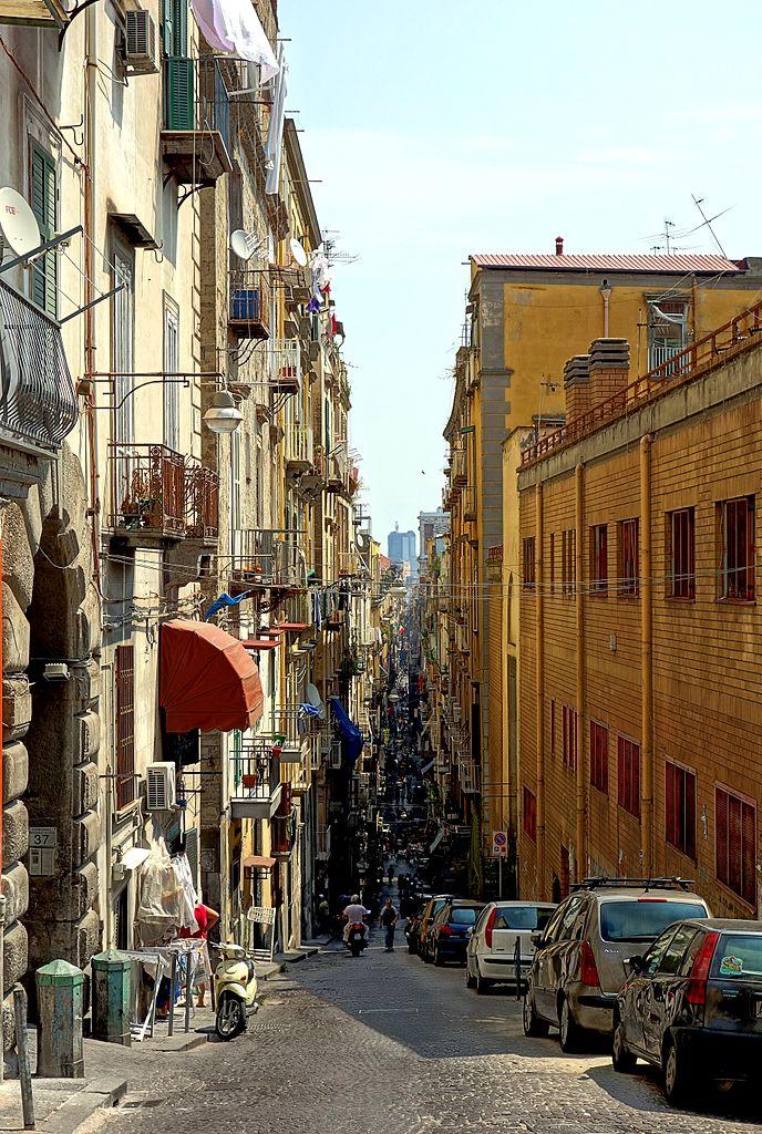 """Au commencement de Spaccanapoli dans les Quartiers Espagnols, la rue """"fendant Naples"""" sur près de 2 km. Photo de Velvet"""