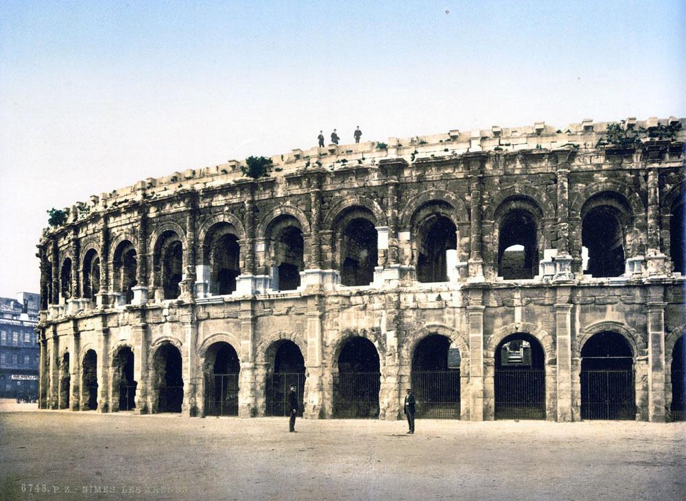L Amphithéâtre des Trois Gaules à Lyon avait des dimensions proches des Arènes de Nimes ici en 1900.