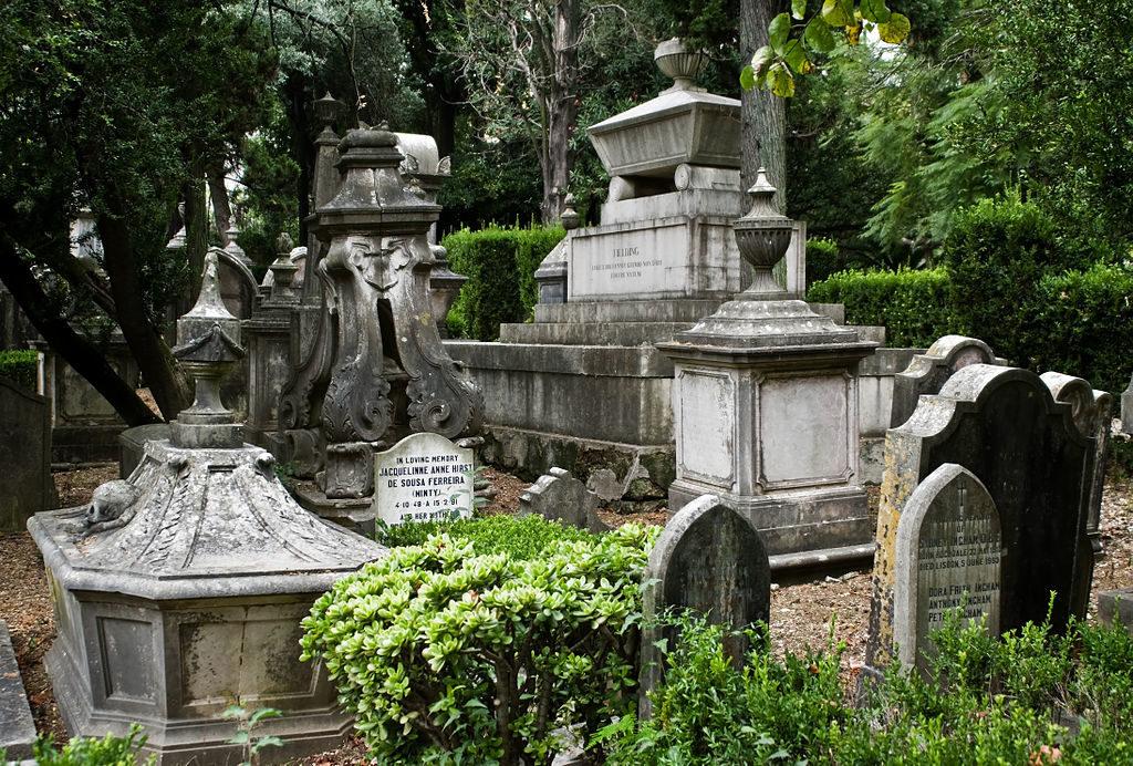 Monument funéraire de Fielding dans le cimetière britannique de Lisbonne. Photo de Nikodem Nijaki