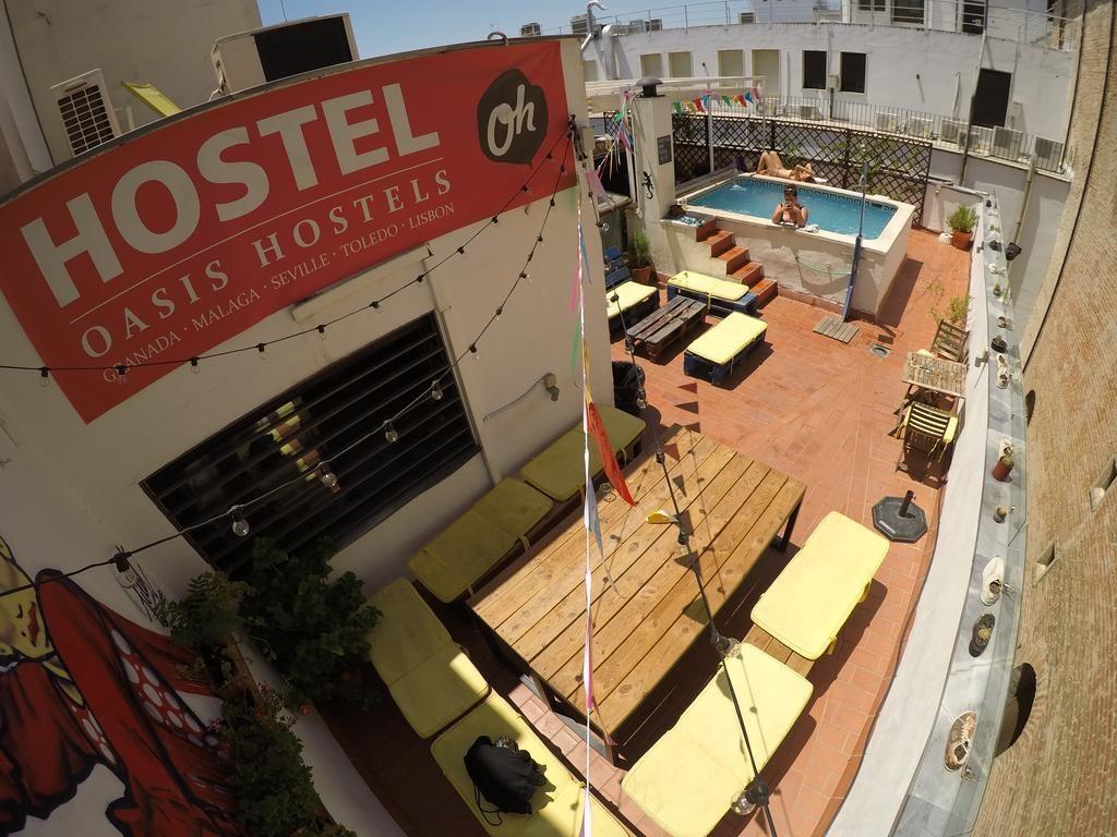 Rooftop et petite piscine dans l'auberge Oasis Backpackers' Hostel Sevilla à Séville.